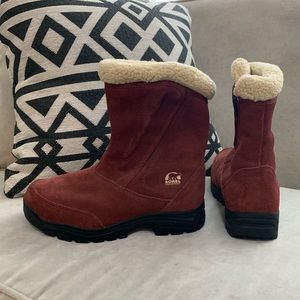New Sorel winter boots. Never worn. Sz 9.5. Warm!